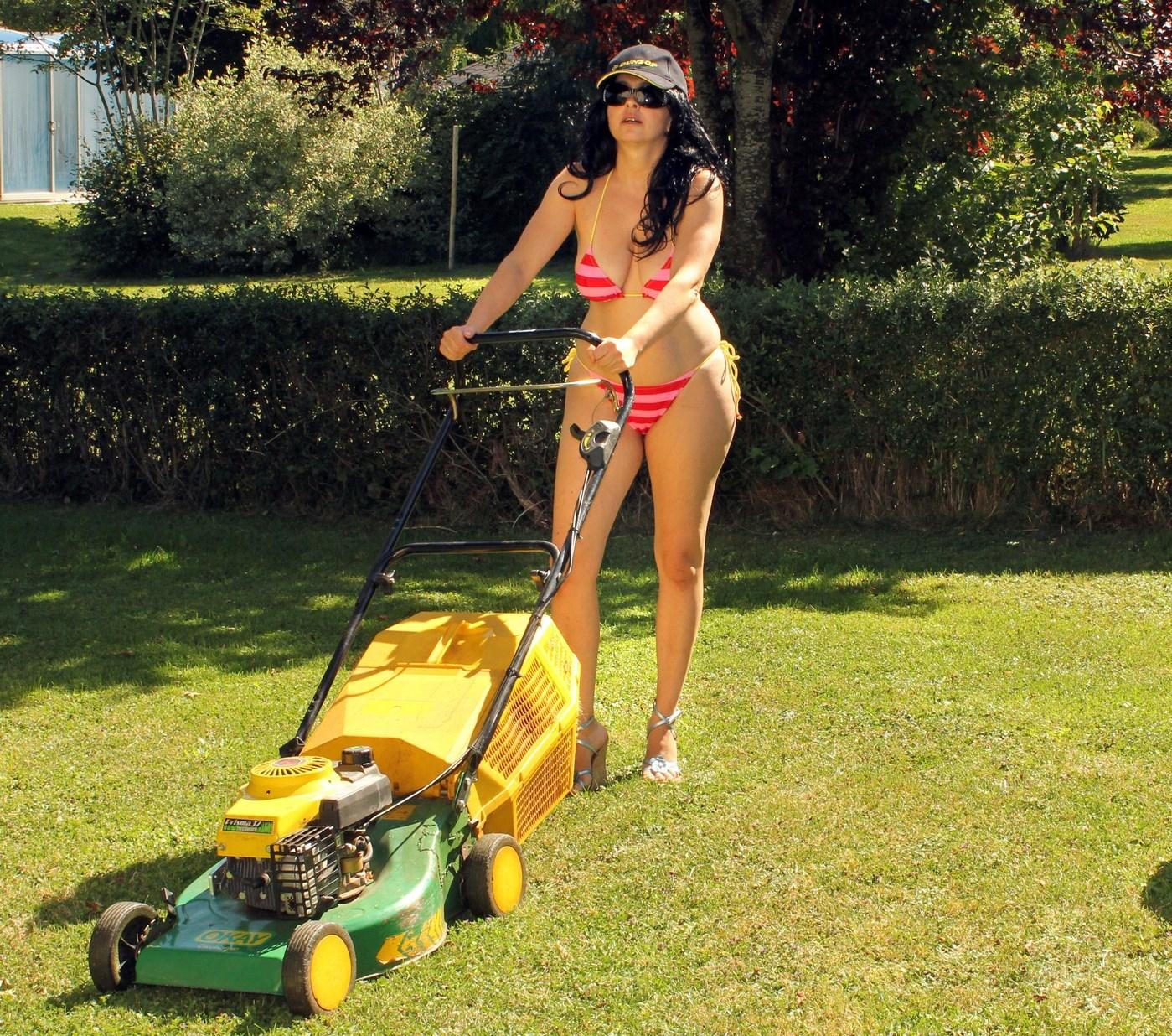 женщина с газонокосилкой