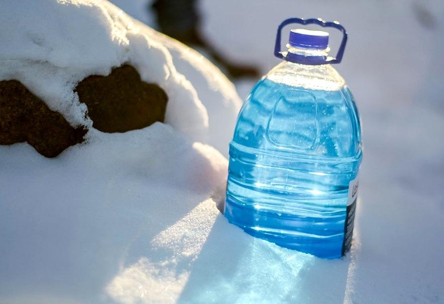 канистра омывайки в снегу