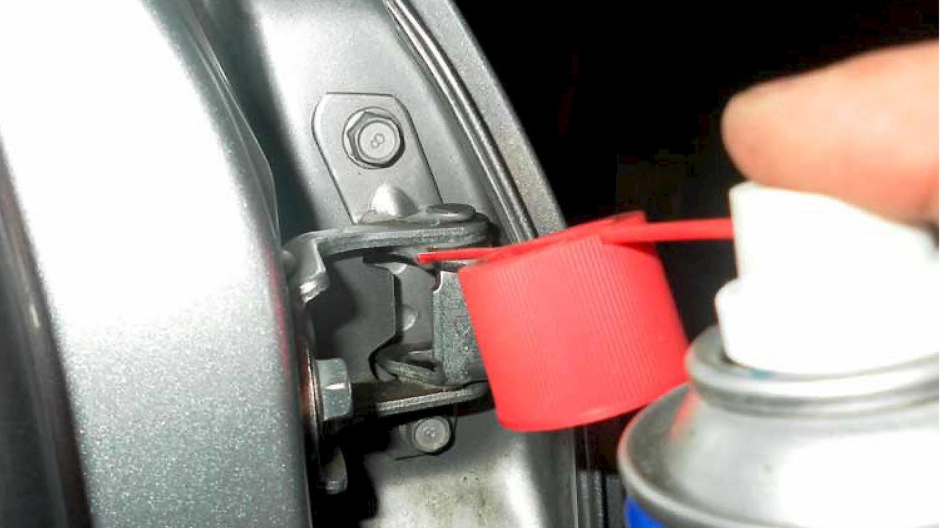 Смазка дверных петель авто