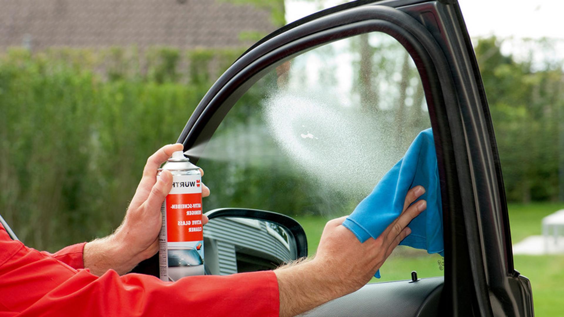 Смазывание спреем боковых стекол автомобиля